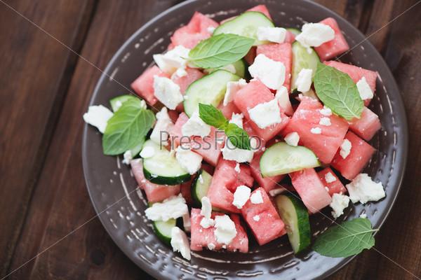 Салат с арбузом, огурцом и сыром