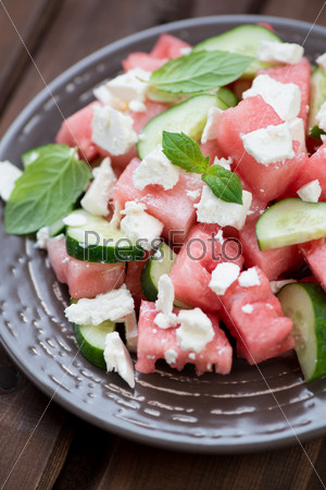 Салат с арбузом, фетой и огурцами