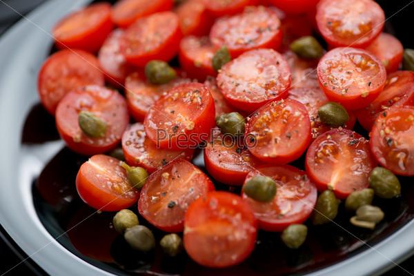 Салат с помидорами и каперсами