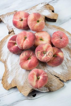 Персики на деревянном фоне