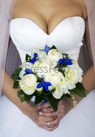 hands of a bride with a bouquet