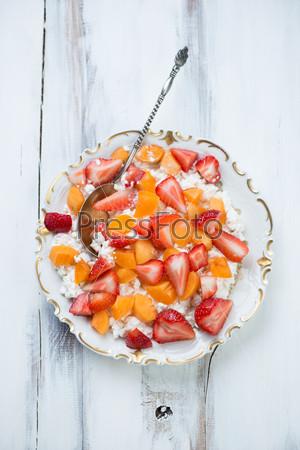 Творог с нарезанными абрикосами и клубникой