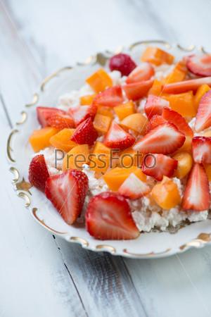 Свежий творог и нарезанные фрукты