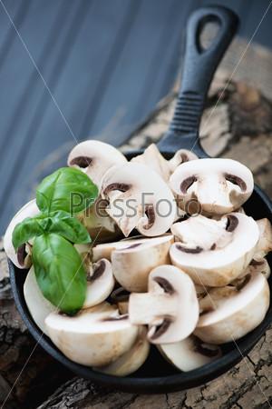 Сковорода с сырыми шампиньонами