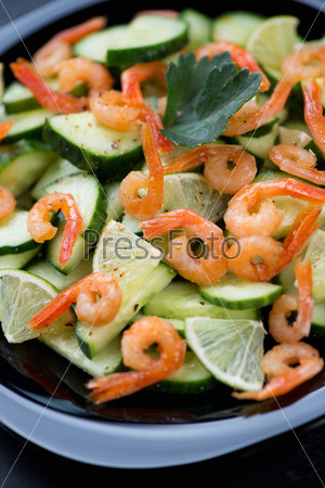 Салат с креветками, огурцом и лаймом
