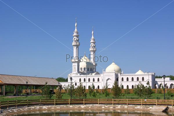 Вид на Белую мечеть с территории Музея хлеба. Болгарский государственный историко-архитектурный музей-заповедник