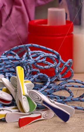 Бельевая веревка и прищепки крупным планом