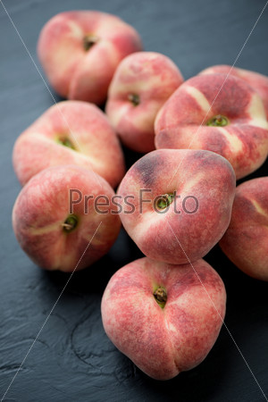 Персики на черном фоне