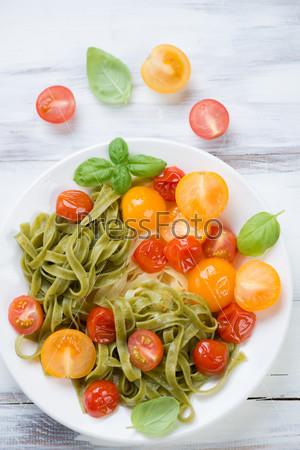Вареная паста с жареными помидорами и зеленым базиликом