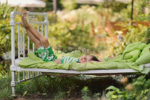 Ребенок спит на природе