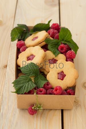 Домашнее печенье с малиновым конфитюром и свежей малиной