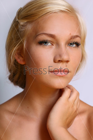 Красивая блондинка с голубыми глазами