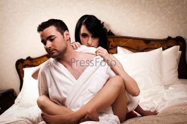 Красивая пара на кровати
