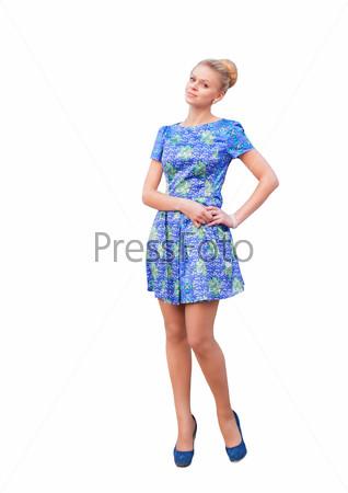 e640e91acd8 Девушка в летнем коротком платье есть булку на улице летом
