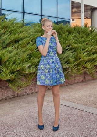 девушка на улице в коротком платье