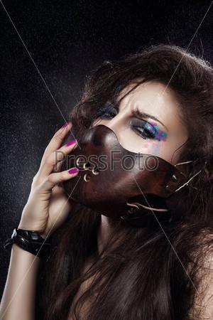 Женщина в кожаной маске