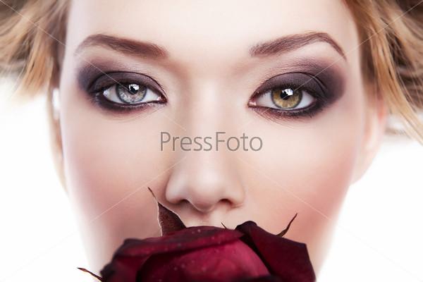 Девушка с розой во рту