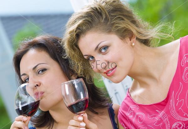Лесбиянки пьют струйку
