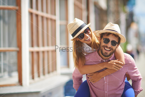 Молодая пара в городе