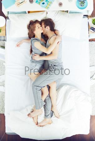 фото объятия в постели