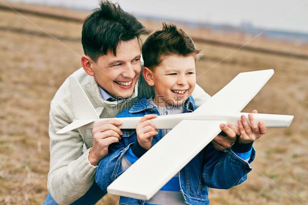Мальчик играет с отцом