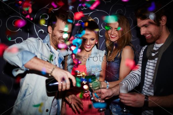 Компания в ночном клубе виват клуб москва