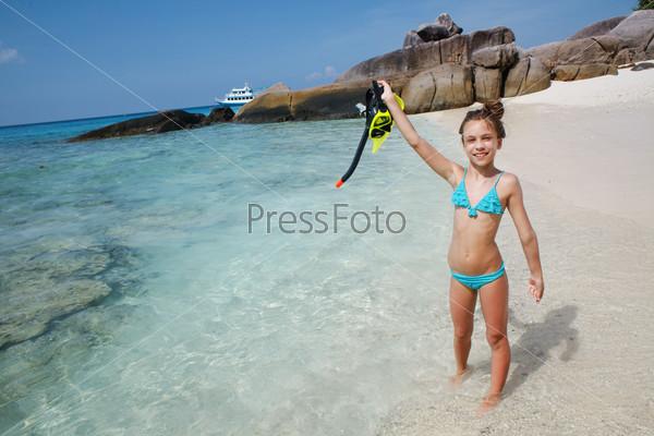 девчонка купается в море