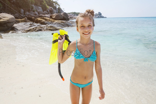 Девчонка купается в море фото 600-45