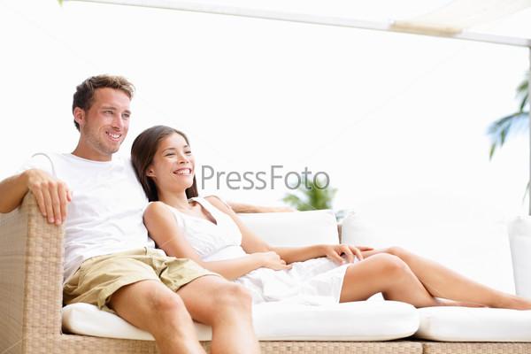 Пара отдыхает на диване #6