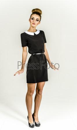 В черном платье и с пучком
