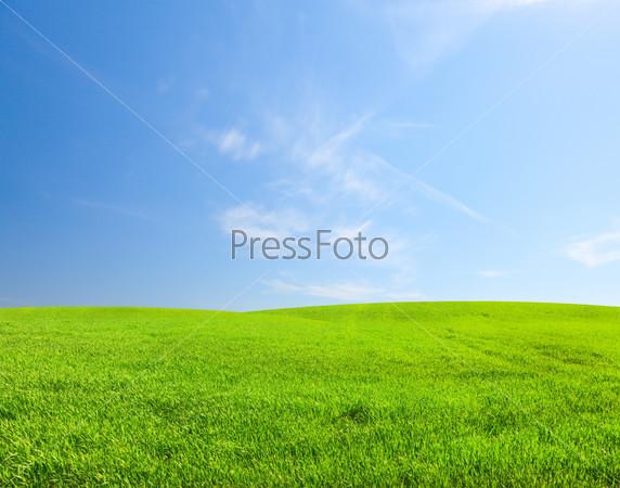 Зеленый холм под голубым небом