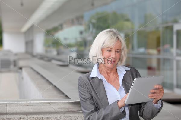 Предприниматель, использует электронный планшет