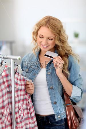 Привлекательная женщина в магазине одежды