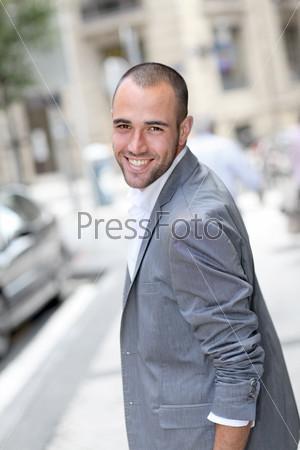 Веселый молодой человек, ходит по городу