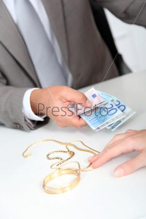 Золото против наличных денег