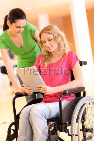 Инвалид на работе с Электронным планшетом