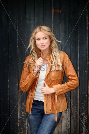 Портрет красивой блондинки в кожаной куртке