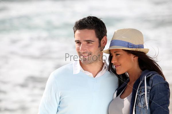 Романтическая пара прогулки на пляже