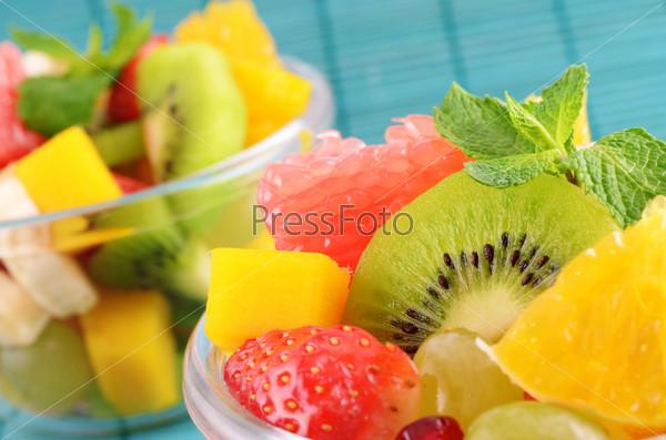 Здоровый фруктовый салат в стеклянной кастрюли
