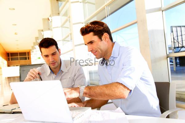 Студенты в классе с ноутбуком