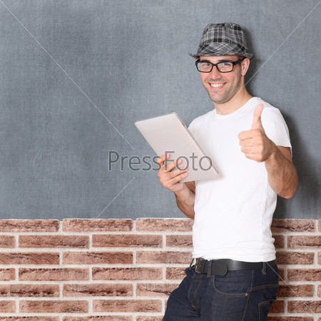 Стильный парень использует планшет