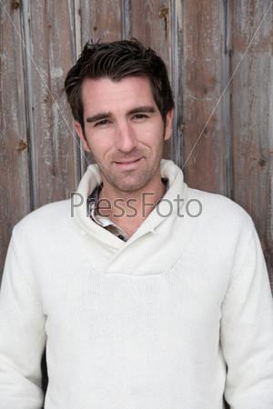 Портрет мужчины у деревянной двери
