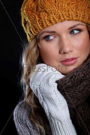 Портрет красивой женщины в зимних аксессуарах