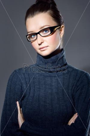 Портрет молодой брюнетки