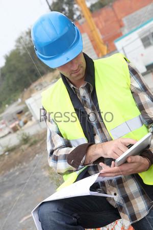 Руководитель строительства, используя электронный планшет