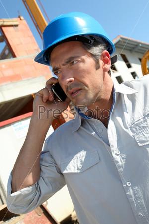 Инженер в голубом шлеме безопасности
