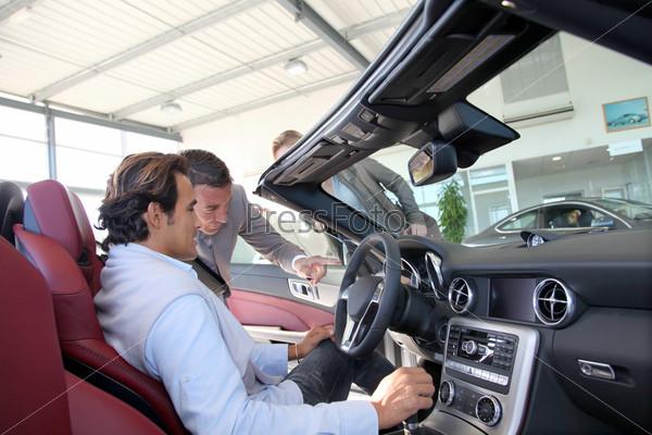Продавец автомобилей в автосалоне