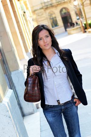 Молодая женщина, прогулки по городу