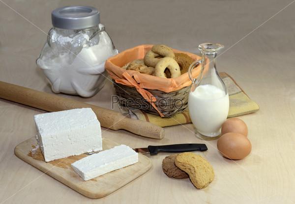 Коржики, сыр, яйца и молоко