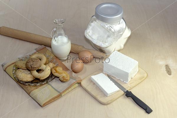 Коржики, сыр, яйца и молоко на столе крупным планом